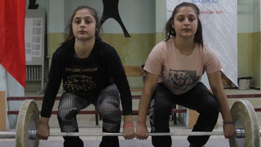 İkiz kız kardeşler halterde başarıya doymuyor