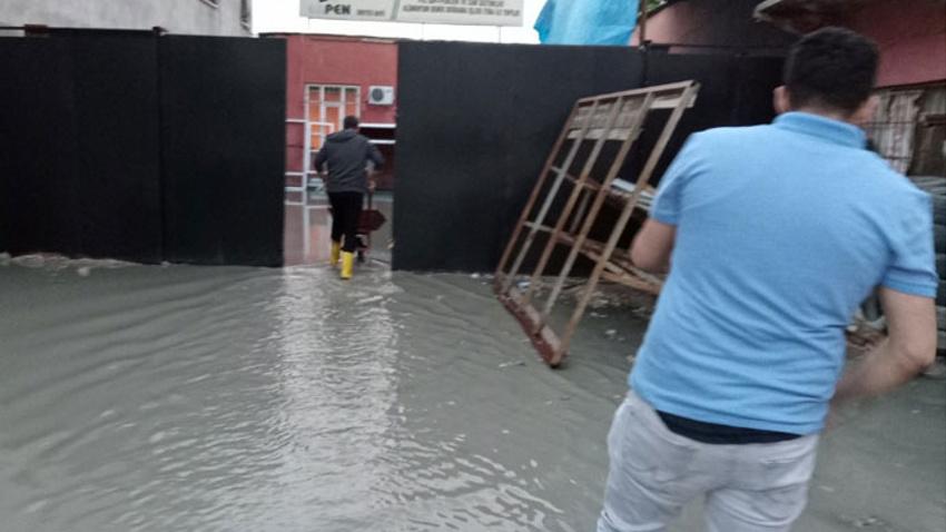 Van'da etkili olan sağanak sonrası iş yerlerini su bastı