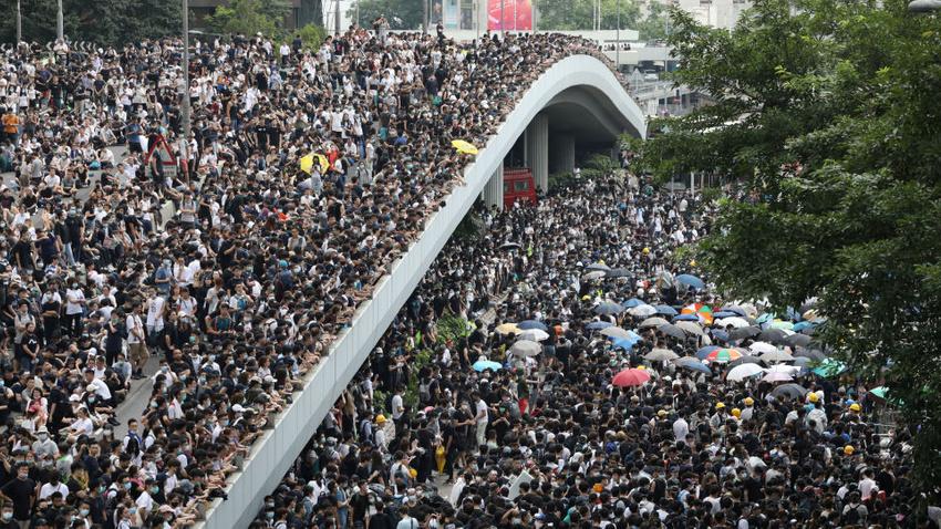 Hong Kong'da protestocular hükümet binalarını kuşattı
