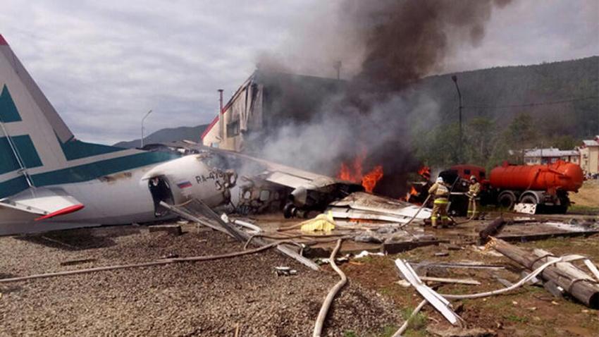 Rusya'da acil inişe geçen uçak pisten çıkarak binaya çarptı: 2 ölü