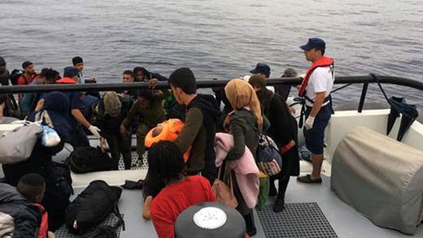 İzmir'de 241 kaçak göçmen yakalandı: 5 gözaltı