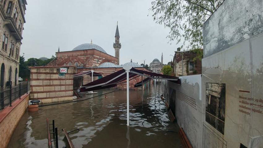 Tarihi cami sular altında kaldı