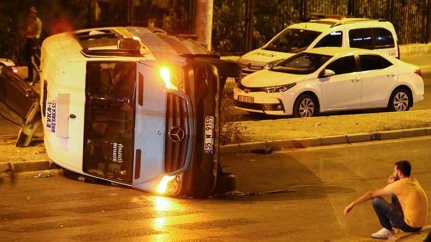 İzmir'de feci kaza! Trafiği birbirine kattı