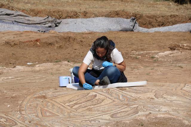 Kaçak kazıda bulunan mozaik gün yüzüne çıkarılıyor - Sayfa 1