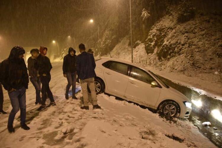 Kar kalınlığı 10 santimetreye ulaştı! Vatandaş horon tepti - Sayfa 1