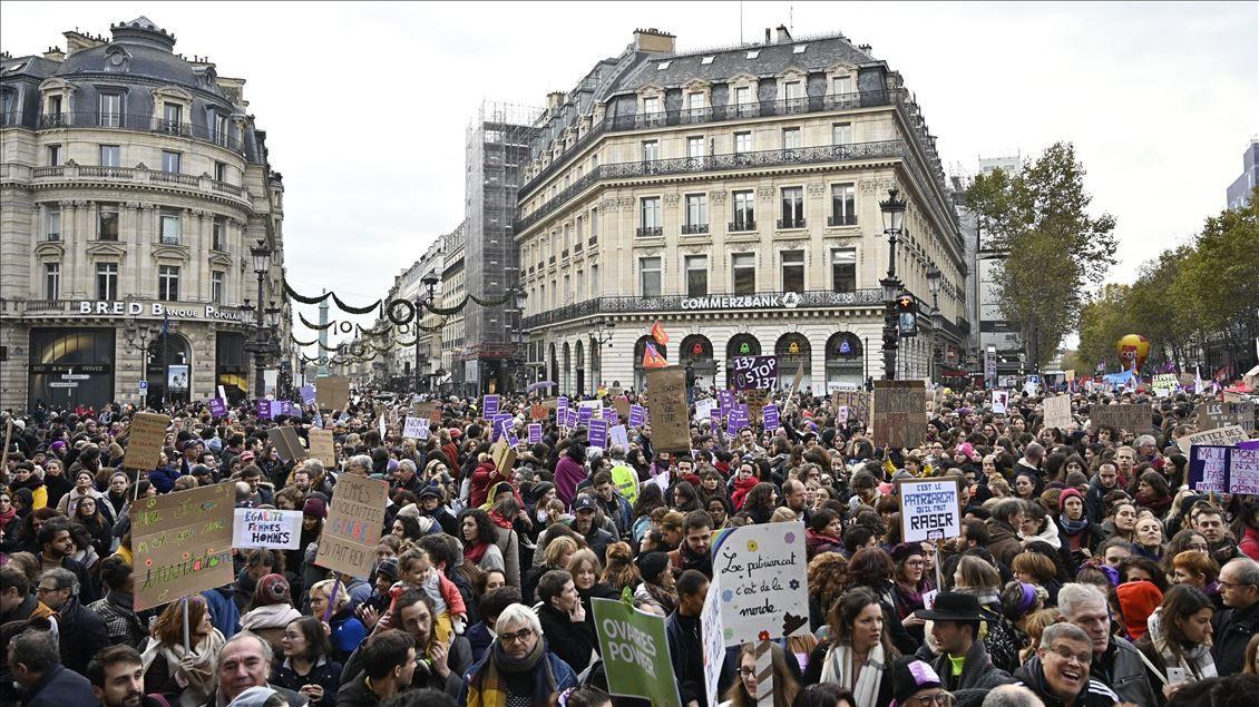 Yüzlerce kadın sokağa döküldü - Sayfa 1