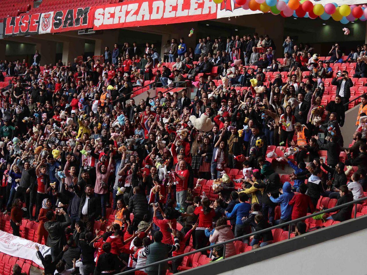 Samsun'daki futbol maçında kimsesiz çocuklara oyuncak sürprizi - Sayfa 1
