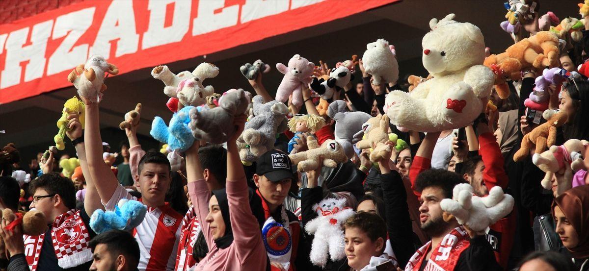 Samsun'daki futbol maçında kimsesiz çocuklara oyuncak sürprizi - Sayfa 2