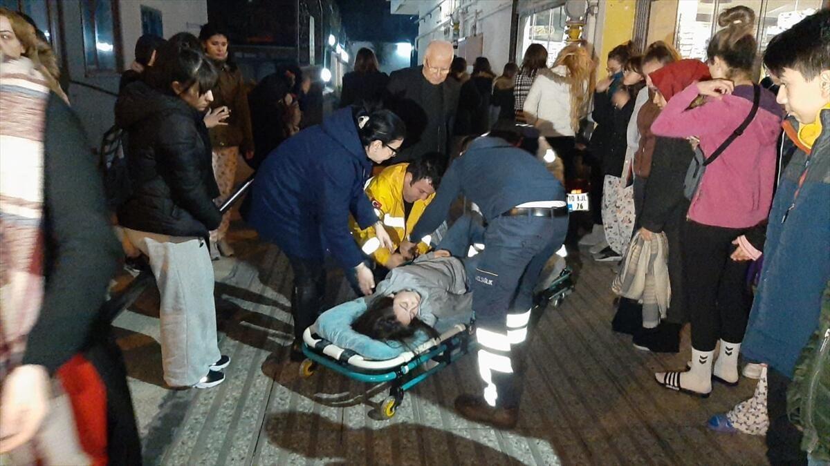 Deprem sonrası panik dolu anlar! Apar topar hastaneye götürüldü - Sayfa 4