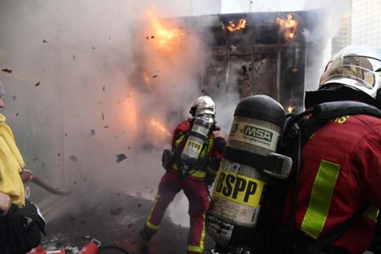 Tansiyon düşmüyor! Sokakları ateşe verdiler - Sayfa 1
