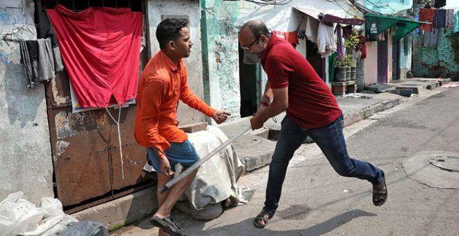 Hindistan'da sokağa çıkma yasağına uymayanları polis demirle dövdü - Sayfa 1