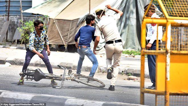 Hindistan'da sokağa çıkma yasağına uymayanları polis demirle dövdü - Sayfa 2