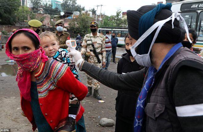 Hindistan'da sokağa çıkma yasağına uymayanları polis demirle dövdü - Sayfa 3