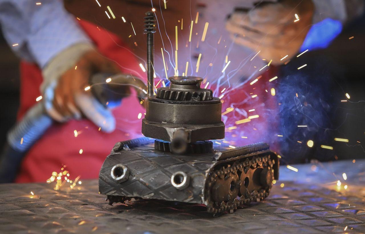 Atık malzemelerden iş makinesi, tank, uçak ve motor maketleri yaptı - Sayfa 2