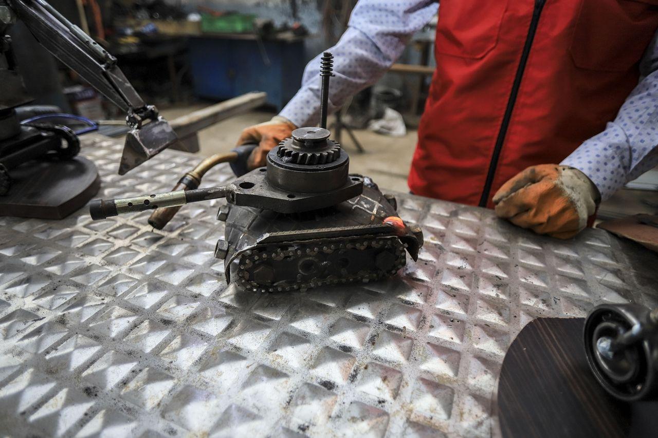 Atık malzemelerden iş makinesi, tank, uçak ve motor maketleri yaptı - Sayfa 4