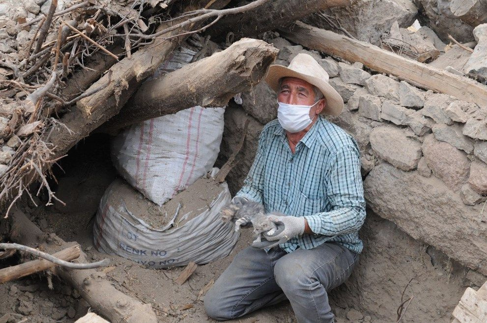 Depremden iki gün sonra enkazdan sağ çıkarıldılar - Sayfa 1