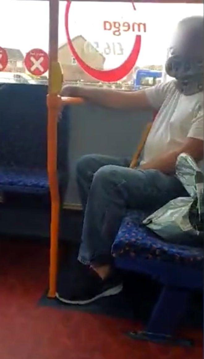 Olayı çok yanlış anlamış! Yaşlı adam otobüste maske yerine yüzüne yılanı dolayıp yolculuk etti - Sayfa 2