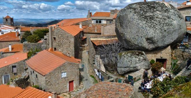 Burada yaşamak yürek ister! Dev kayaların altındaki köy görenleri hayrete düşürüyor - Sayfa 1