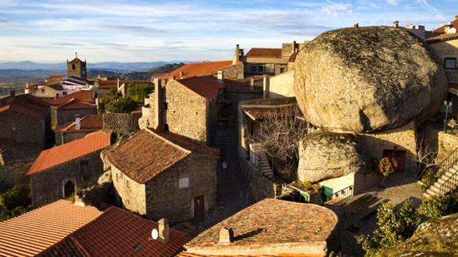 Burada yaşamak yürek ister! Dev kayaların altındaki köy görenleri hayrete düşürüyor - Sayfa 2