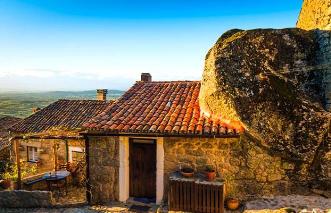 Burada yaşamak yürek ister! Dev kayaların altındaki köy görenleri hayrete düşürüyor - Sayfa 3
