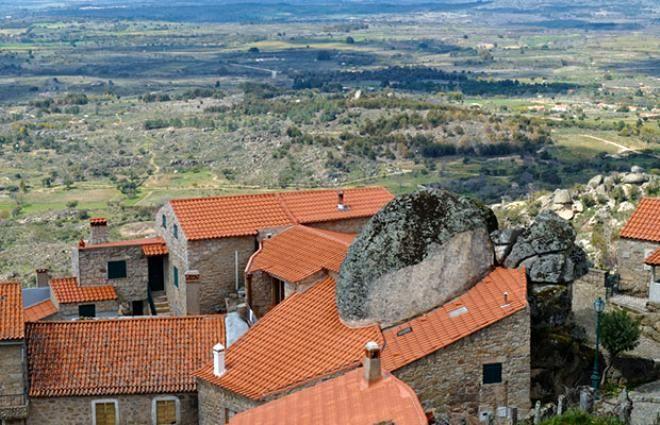 Burada yaşamak yürek ister! Dev kayaların altındaki köy görenleri hayrete düşürüyor - Sayfa 4