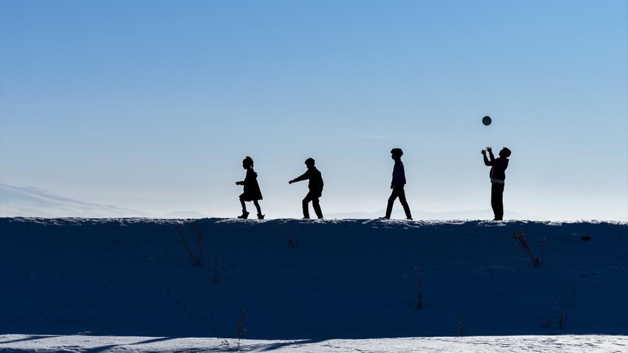 Kars'ta çocukların kar üstünde futbol keyfi - Sayfa 1
