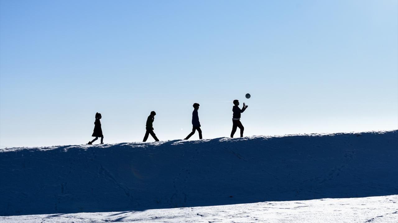 Kars'ta çocukların kar üstünde futbol keyfi - Sayfa 2