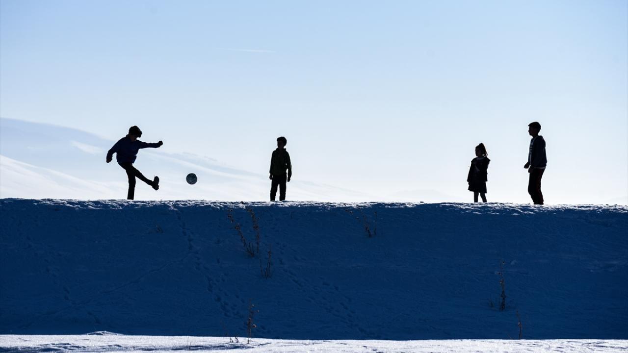 Kars'ta çocukların kar üstünde futbol keyfi - Sayfa 3