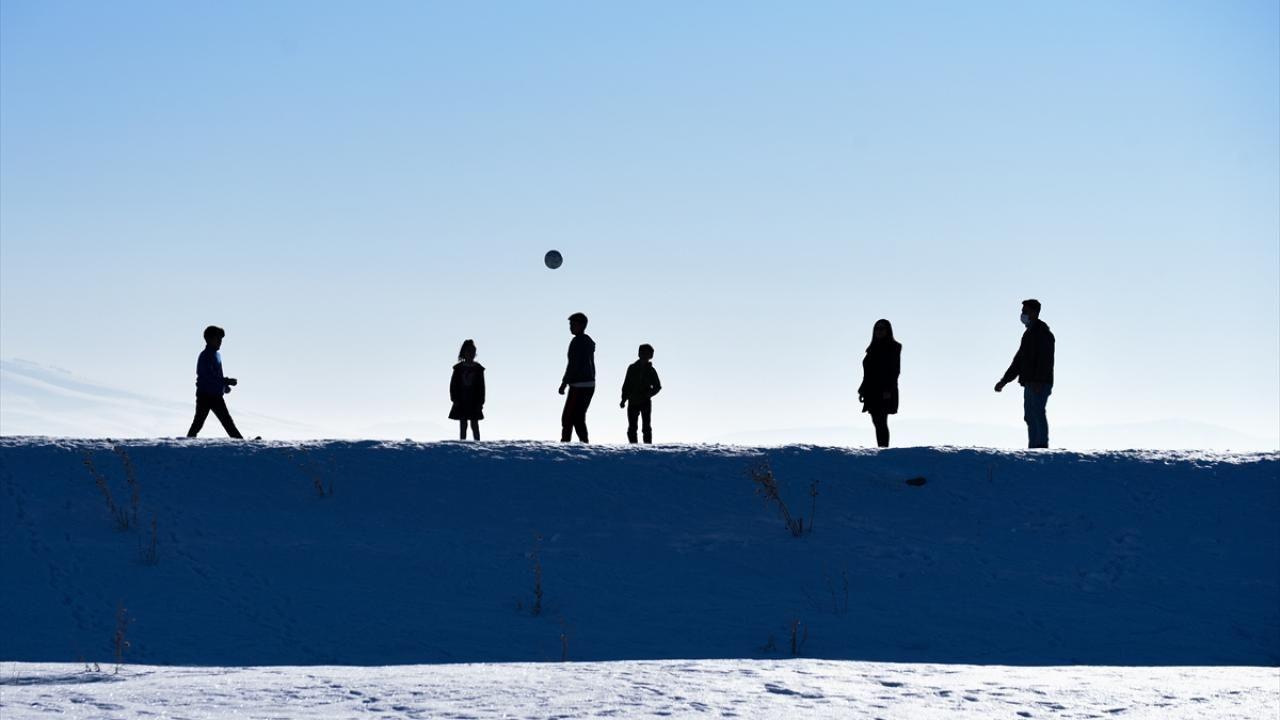 Kars'ta çocukların kar üstünde futbol keyfi - Sayfa 4