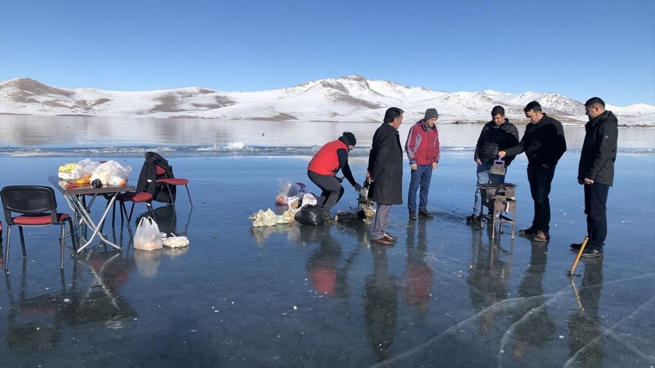Yüzeyi buz tutan Balık Gölü'nde mangal keyfi yaptılar - Sayfa 1