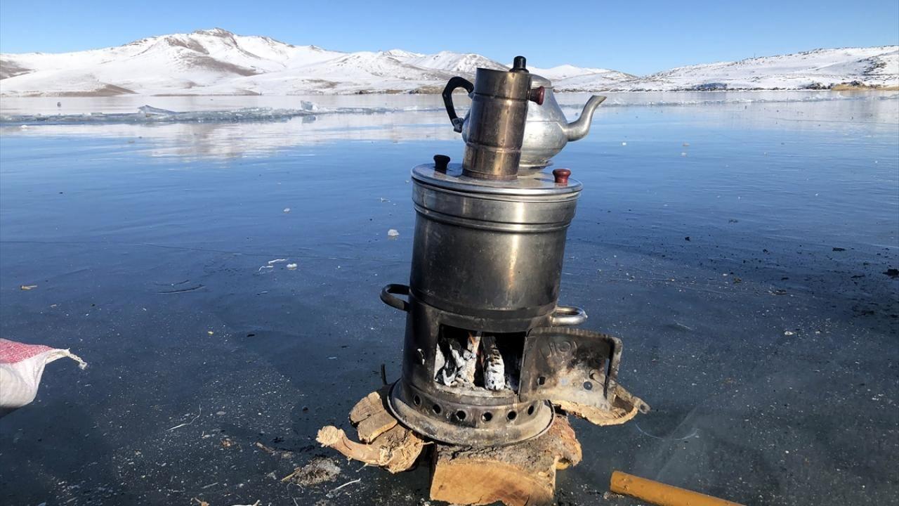 Yüzeyi buz tutan Balık Gölü'nde mangal keyfi yaptılar - Sayfa 2