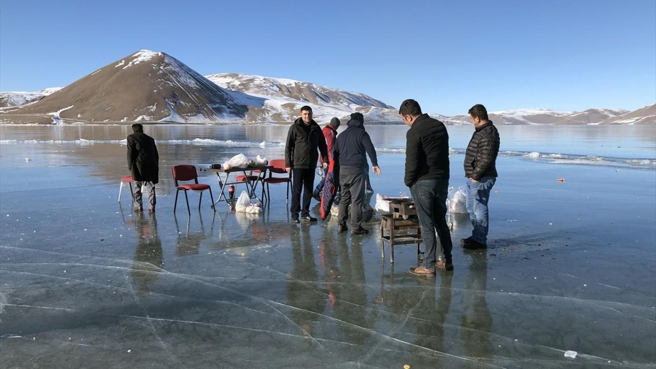 Yüzeyi buz tutan Balık Gölü'nde mangal keyfi yaptılar - Sayfa 3