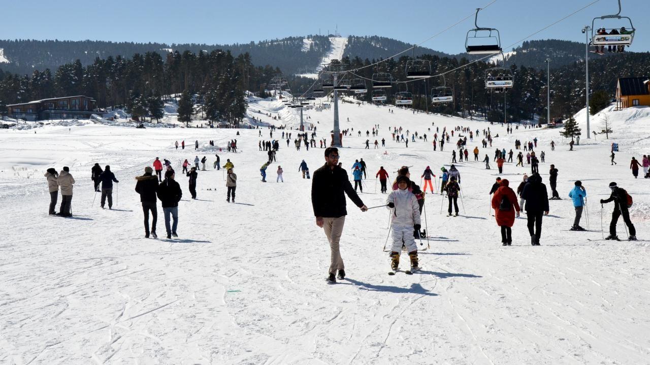 Turistler güneşli havanın keyfini Cıbıltepe'de kayak yaparak çıkardı - Sayfa 1