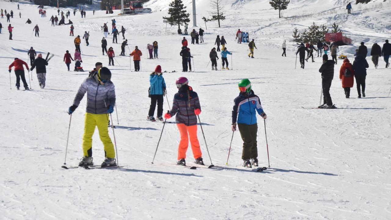 Turistler güneşli havanın keyfini Cıbıltepe'de kayak yaparak çıkardı - Sayfa 2