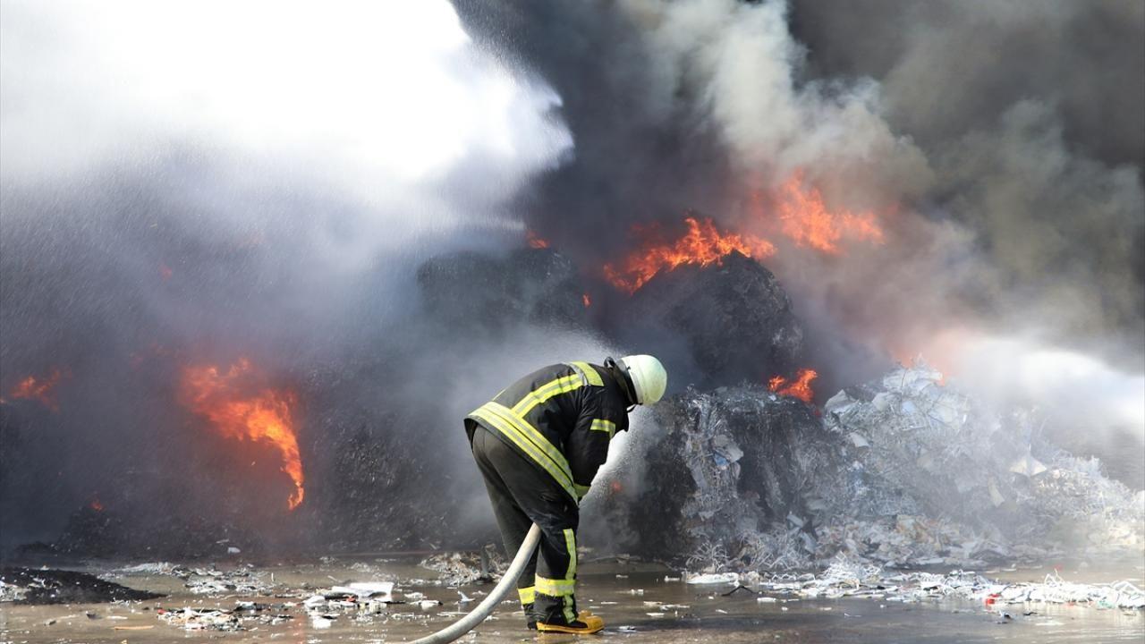 Manisa'da geri dönüşüm tesisinde çıkan yangın söndürüldü - Sayfa 3