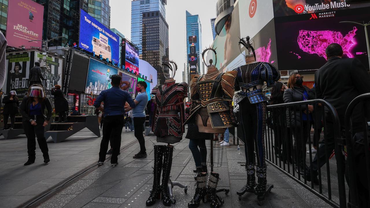 Times Meydanı'nda Broadway performansı: Geri Geleceğiz - Sayfa 2