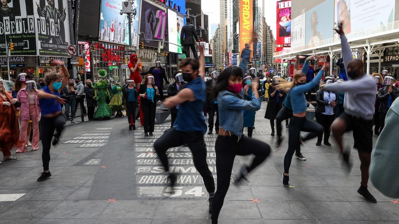 Times Meydanı'nda Broadway performansı: Geri Geleceğiz - Sayfa 3