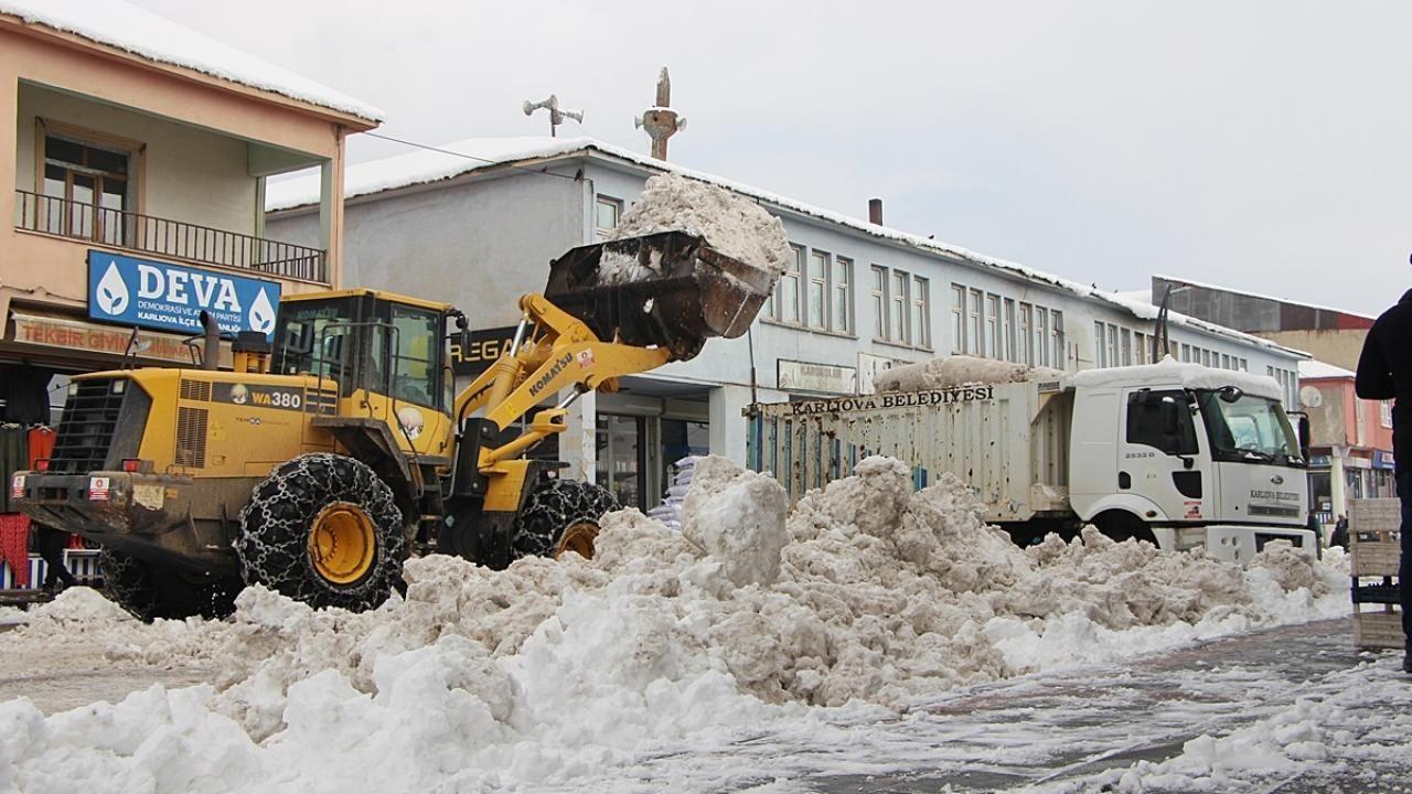 Karlıova ilçesinde biriken kar kamyonlarla taşındı - Sayfa 1