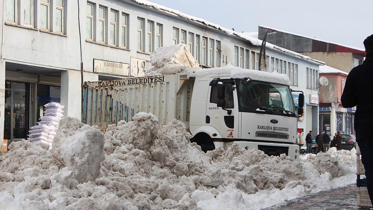 Karlıova ilçesinde biriken kar kamyonlarla taşındı - Sayfa 2