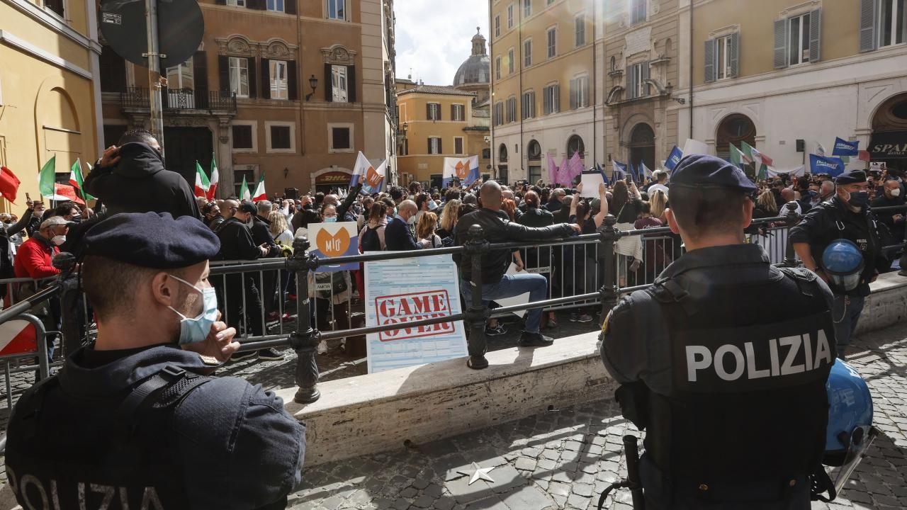 İtalya'da kısıtlamalar protesto edildi - Sayfa 1