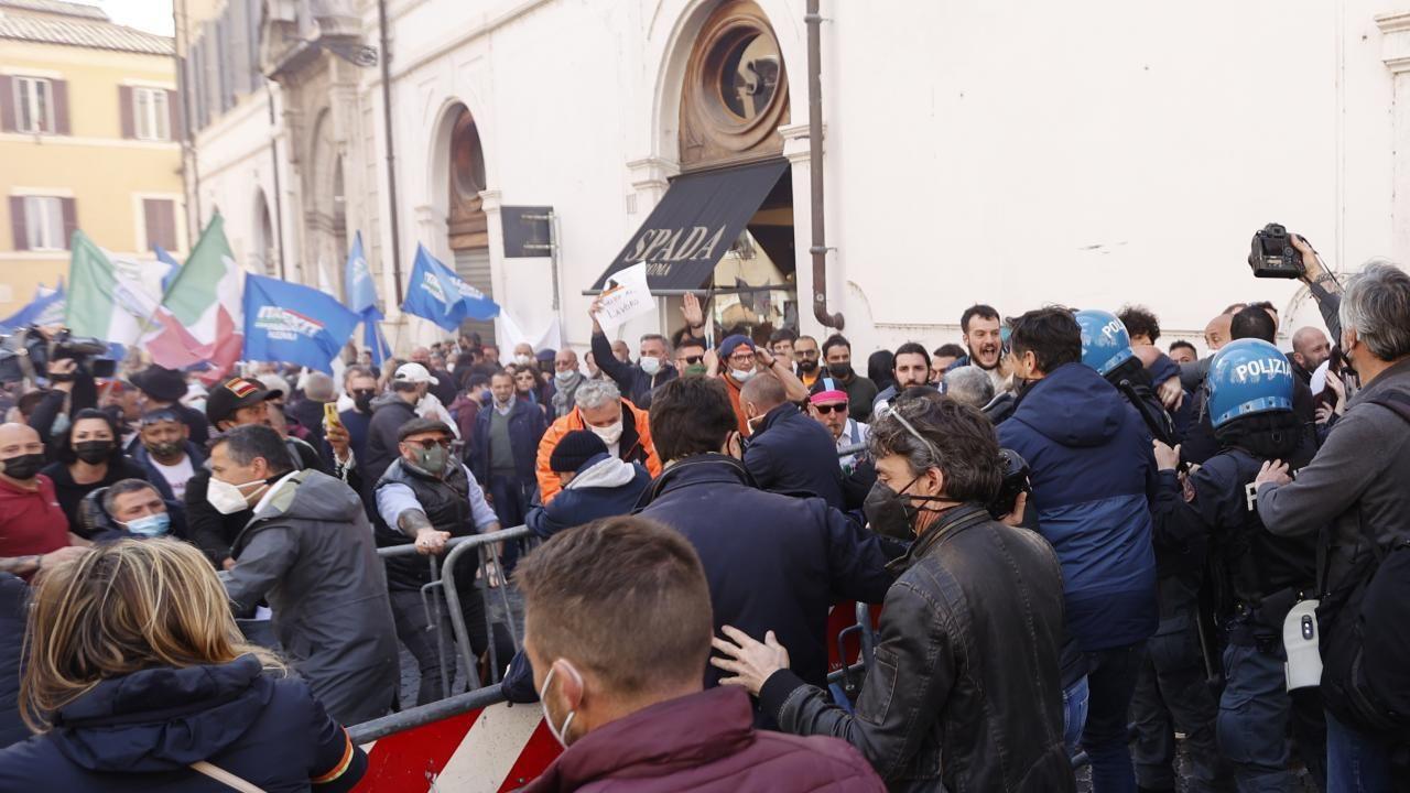 İtalya'da kısıtlamalar protesto edildi - Sayfa 2