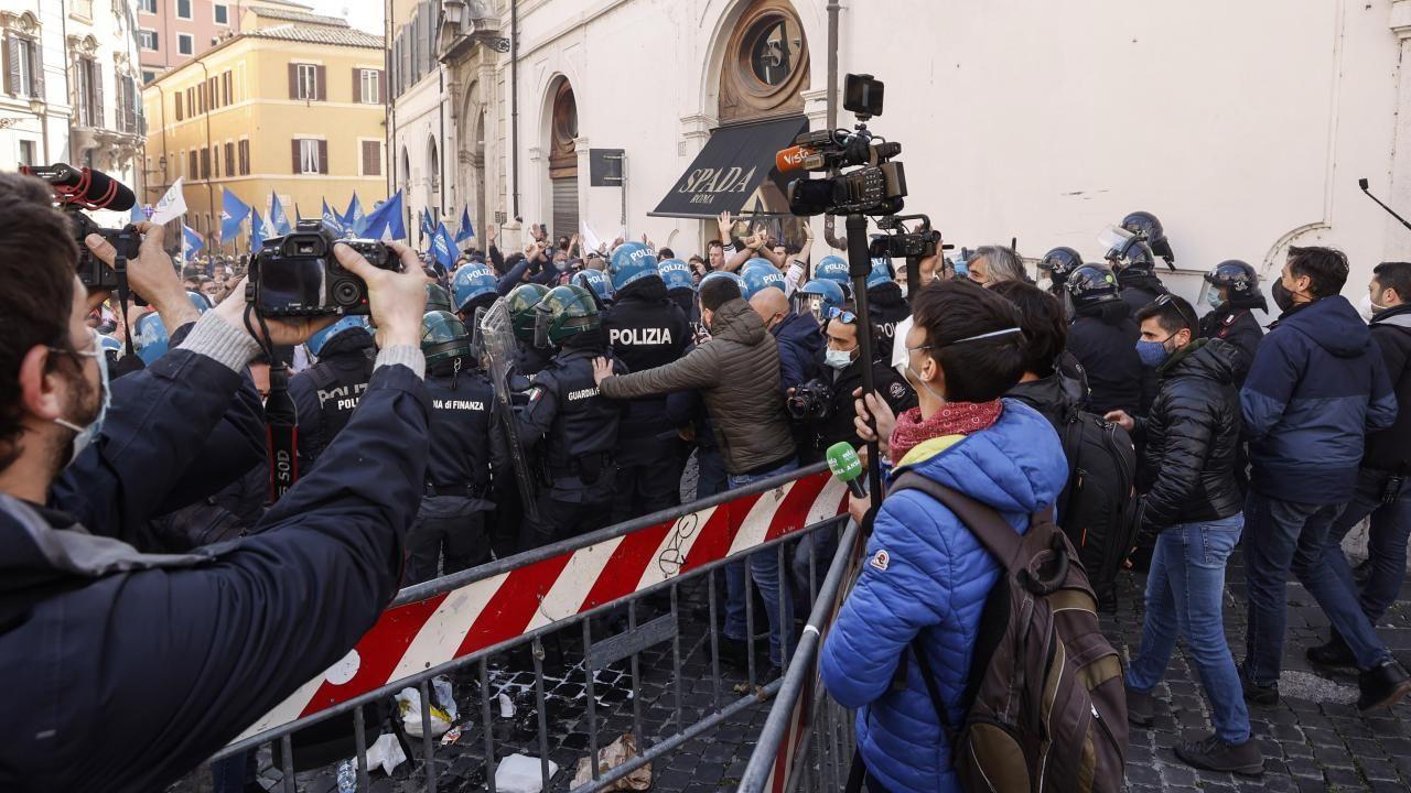 İtalya'da kısıtlamalar protesto edildi - Sayfa 3