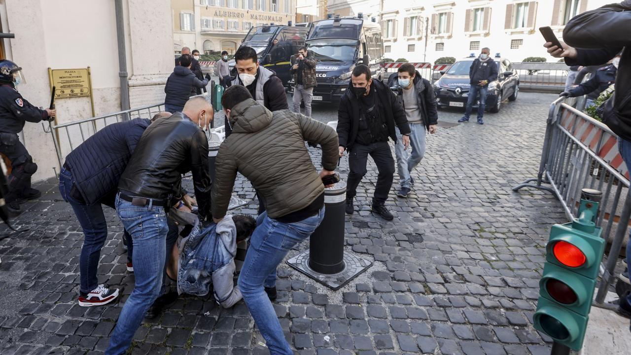 İtalya'da kısıtlamalar protesto edildi - Sayfa 4