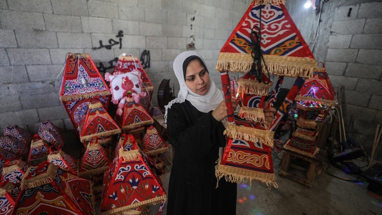 Gazze evlerini süsleyen ramazan kandillerini 5 çocuk annesi Kader yapıyor - Sayfa 1