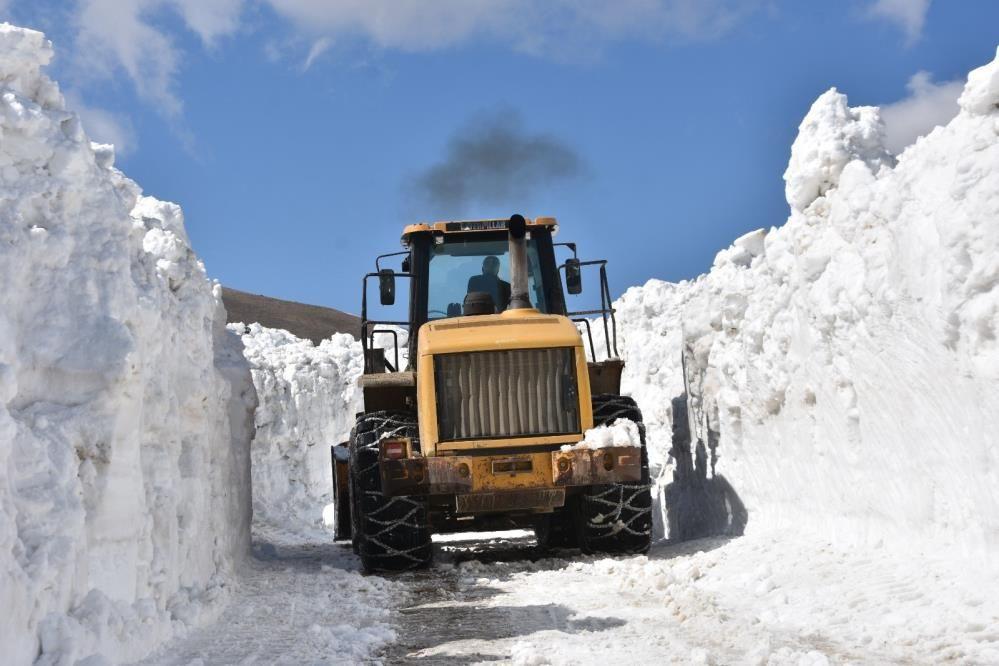Nemrut Dağı'nda kar kalınlığı 10 metreyi aştı ekiplerin zorlu mücadelesi - Sayfa 1