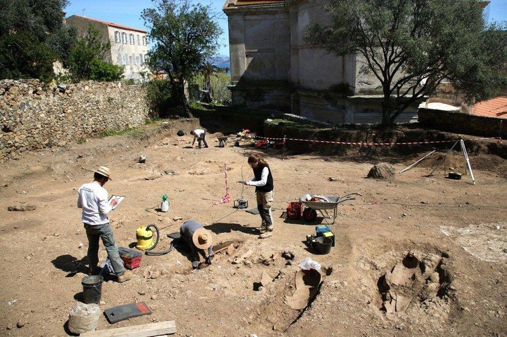 Topraktan tabut fışkırdı! Arkeologları şaşırtan içindeki insanlar değil, tabutun şekli oldu - Sayfa 1