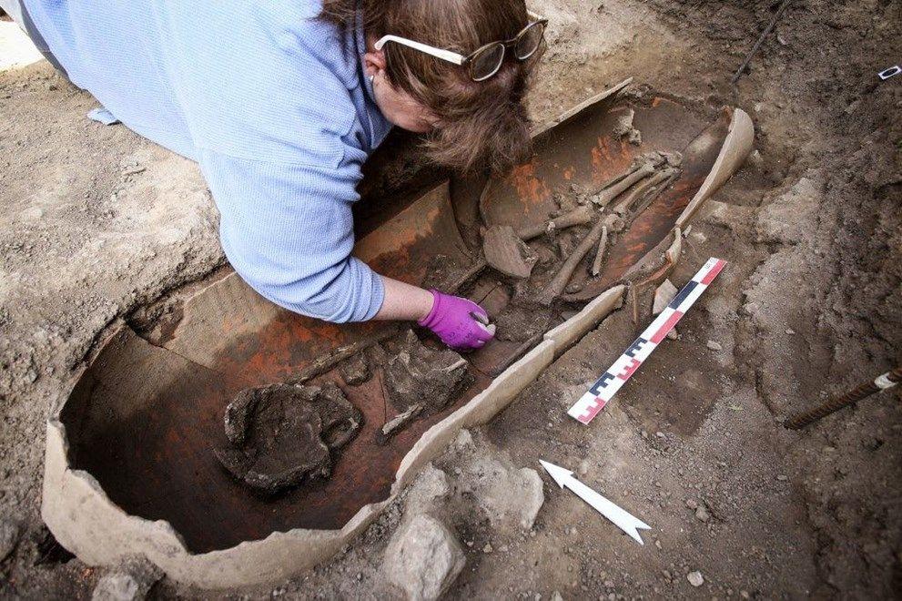 Topraktan tabut fışkırdı! Arkeologları şaşırtan içindeki insanlar değil, tabutun şekli oldu - Sayfa 3