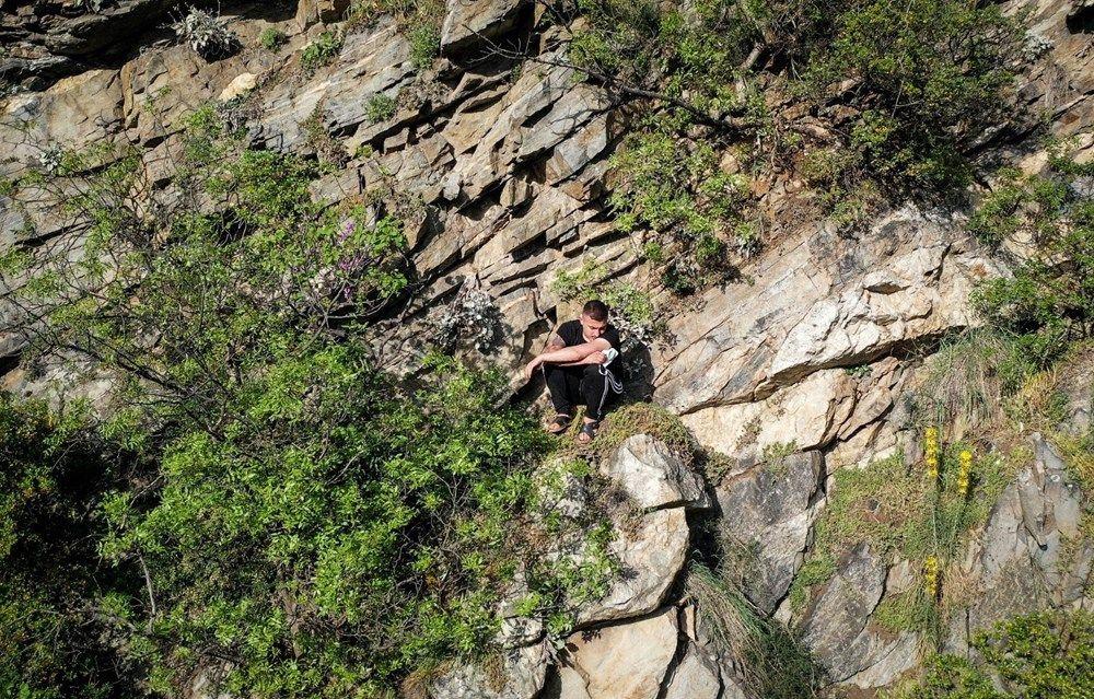 Polisten kaçmak için tırmandığı kayalıkta mahsur kaldı - Sayfa 1