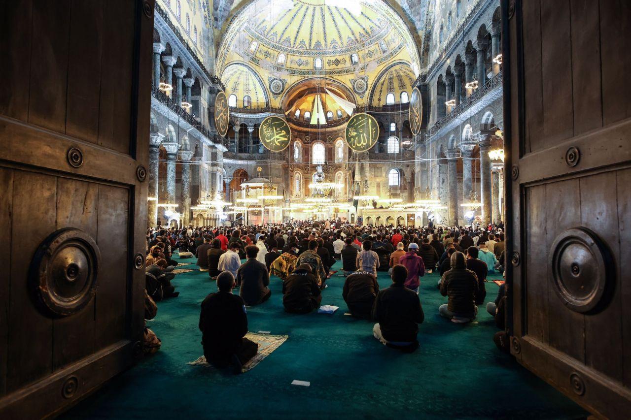 Ayasofya-i Kebir Cami-i Şerifi'nde 87 yıl sonra ilk Ramazan Bayramı namazı kılındı - Sayfa 1