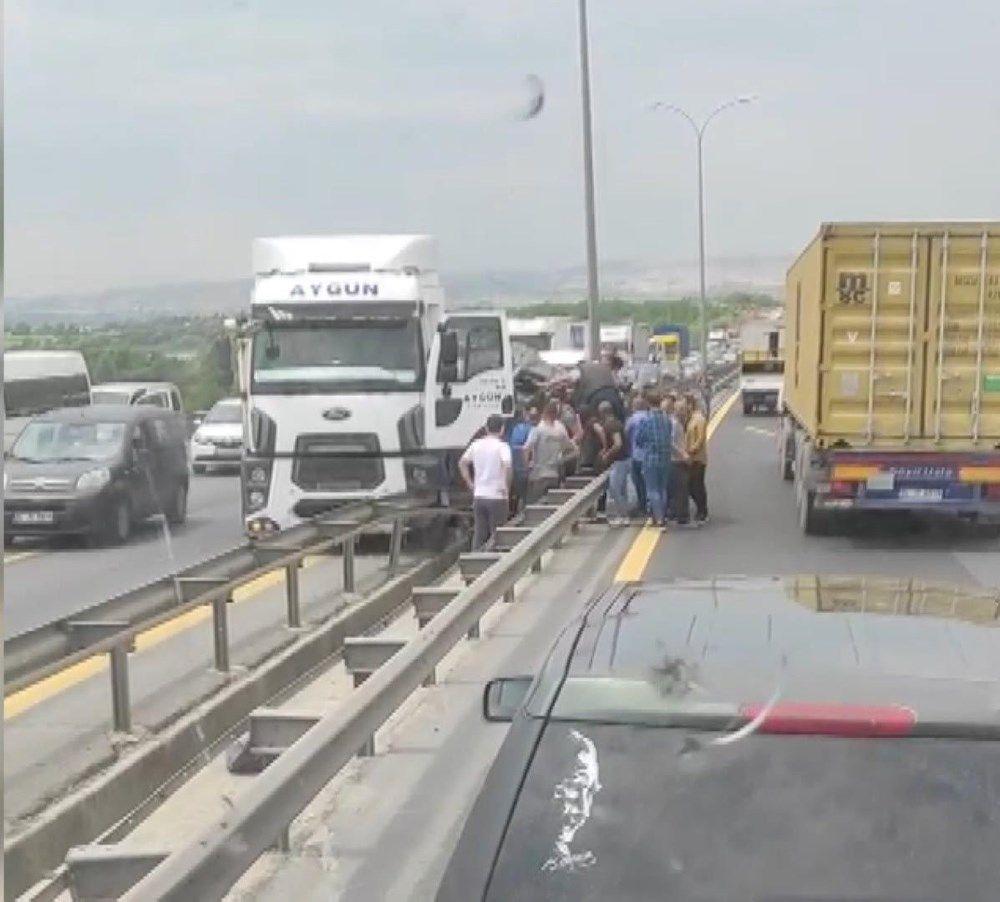 TEM'de feci kaza: TIR ile bariyer arasında sıkıştı - Sayfa 1